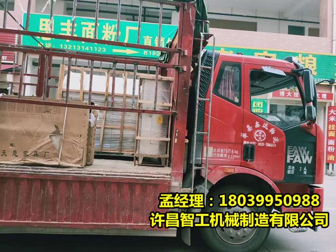 7月5日,山東客戶來許昌智工鄭州辦事處現場提貨DCCZ7-10電磁炒貨機一台